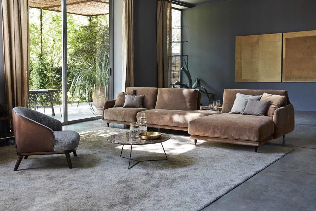divano color caffelatte e poltroncina grigia
