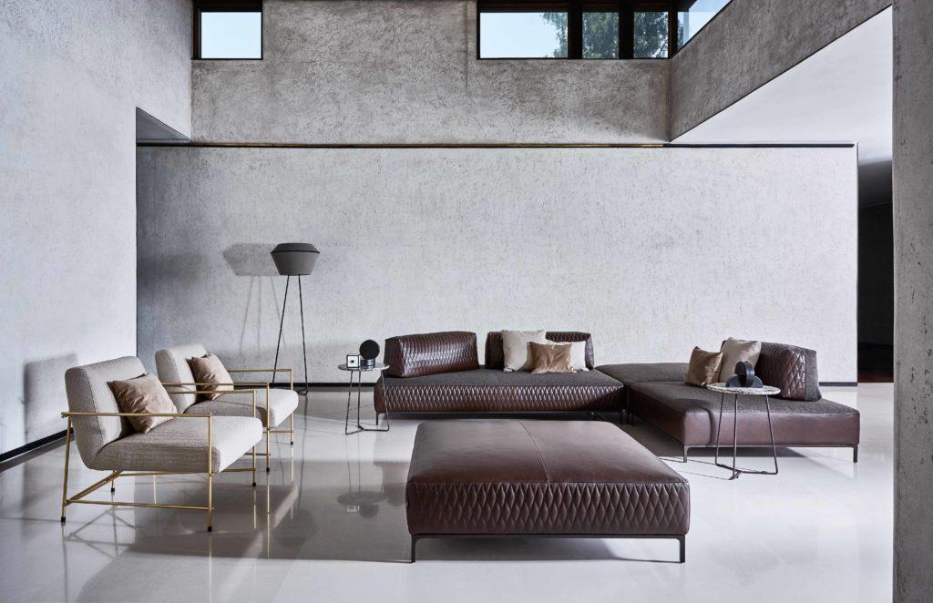 divano e poltroncine con pouf grande