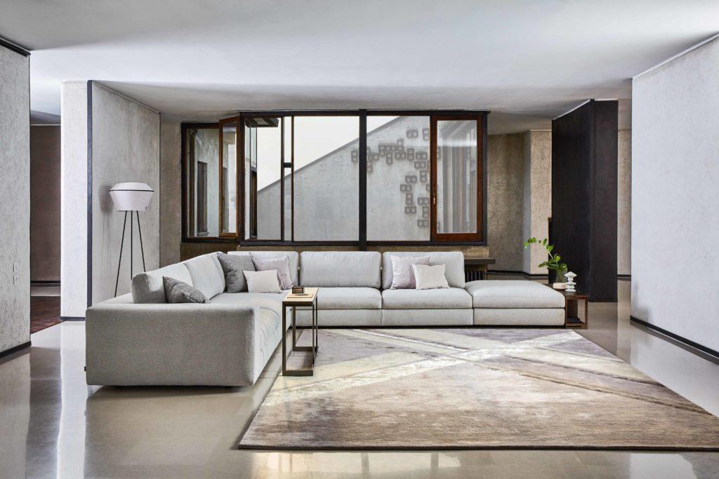divano grigio angolare